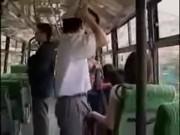 หนุ่มโรคจิตเอาควยถูแขนสาว ก่อนจับเกี่ยวเบ็ดบนรถเมล์