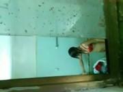 แอบถ่ายเมียคนงานข้างห้องอาบน้ำ หลุดจากห้องพักกลุ่มคนงานโรงงาน เห็นชัดเจน คลิปโป๊ทางบ้าน