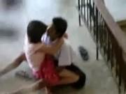 คลิปหลุดจากทางโรงเรียน THAI School เอาอีกแล้วอาสัยจังวหะเพื่อนไปเรียนพละกันแล้วขึ้นขย่มกันบนระเบียงจากเดินเลย