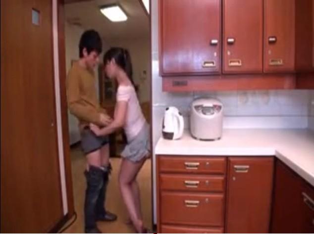 หนังโป๊ญี่ปุ่นลูกชายแอบเย็ดกับเมียใหม่พ่อในห้องครัวจับดูดหีขย่มควยกันอย่างมันส์