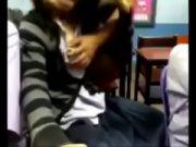 คลิปแอบถ่ายเด็กนักเรียนชายแกล้งเพื่อนหญิง XXX ในห้องอัดคลิปถกเสื้อแล้วเขี่ยหัวนมเล่น