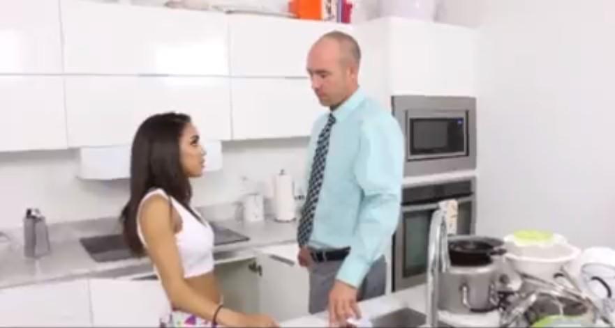 หนังโป๊ฝรั่งรุ่นพ่อเย็ดรุ่นลูกในห้องครัวเด็ดมากได้เย็ดหีเด็กมันกันเลย