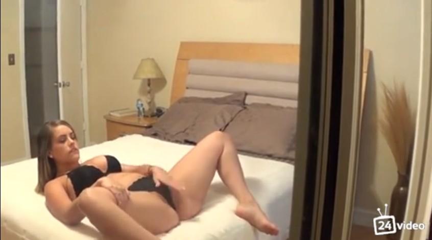 สาวฝรั่งเงี่ยนจัดนั่งแหกหีอยู่ในห้องแฟนกลับมาพอดีเลยจับโม็คควยขึ้นค่อมขย่มควยจนเสร็จ