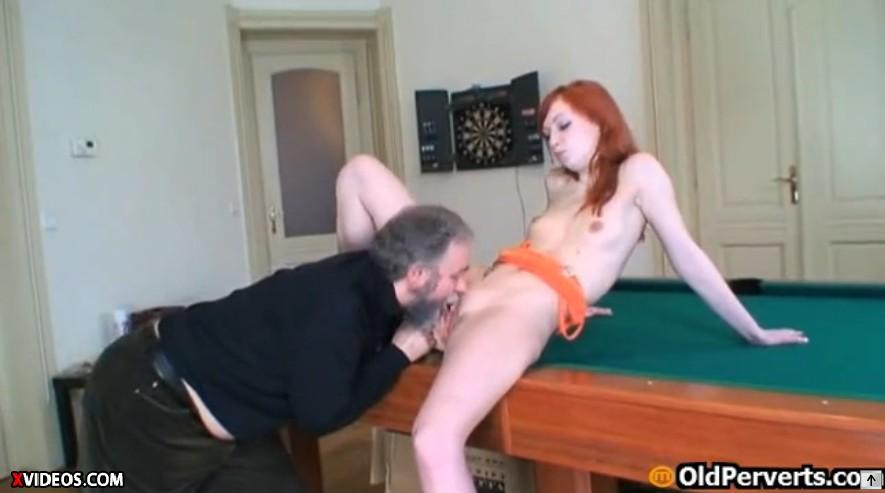 สาวสวยเย็ดกับพ่อเลี้ยวสุดหื่นในห้องแท่งสนุ๊กเกอร์โดนพ่อเลี้ยงบังคับให้แก้ผ้าเอากันคาโต๊ะ