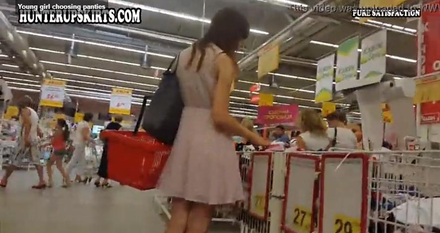 คลิปโป๊หนุ่มสุดหื่นแอบเดินตามถ่ายคลิปใต้กระโปร่งผู้หญิงในห้างเห็นก้นชัดๆ