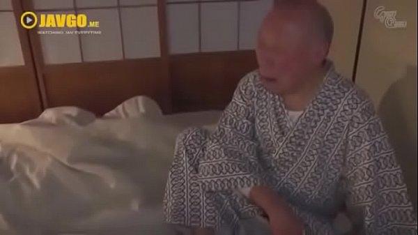 หนังโป๊ AV ญี่ปุ่น ลูกสะใภ้สาวโดนพ่อตาแอบข่มขืนลวนลาม ลักหลับกลางดึก พ่อตารู้ว่าลูกชายหลับลึกเลยฉวยโอกาสสะเลย
