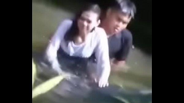 แอบถ่ายจากน้ำตกที่เขียงใหม่ วัยรุ่นแอบเย็ดกันในน้ำ ข้างโขดหินอย่างเด็ดผู้หญิงดูอายๆ สะบัดหีหนี แล้วเลิกเย็ดเลยเสียดาย