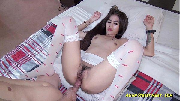 คลิปxxx สาวไทยไปขายตัวถึงเมืองนอกกำลังเย็ดกับฝรั่งควยยาวมาก ๆ หัวควยชมพู