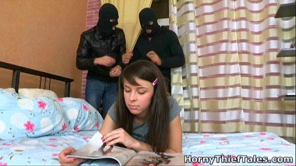 โจรบุกปล้นบ้าน แต่ไปเจอลูกสาวเจ้าของบ้านนอนอ่านหนังสืออยู่ xxxเลยจับขู่เย็ด