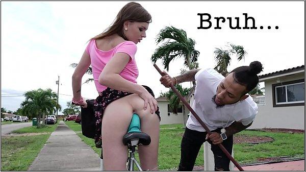 คลิปเด็ด สาวฝรั่่งขี้เงี่ยน ขี้จักรยานแล้วเอาควยปลอมเสียบหี ยั่วหนุ่มๆ เจอของจริงเสียบเข้าไป ติดใจกว่าเก่าอีก 18+