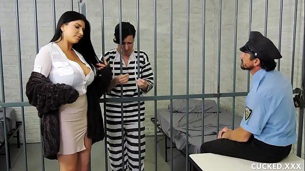 ผัวโดนขังคุกครั้งแรกตามมาด่าถึงหน้าห้อง แถมยังเย็ดกับผู้คุมขังโชว์ผัวสะเลย หุ่นแน่นนมใหญ่ขนาดนี้ให้เย็ดฟรีๆก็เอาสิจ๊ะ เด็ดเสียจริงๆ