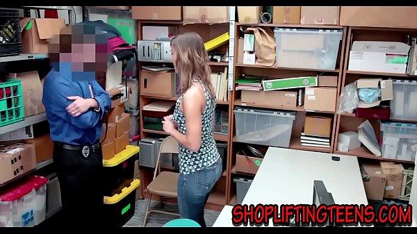 สาวขี้ขโมย โดนผู้จัดการจับได้ว่าขโมยของในร้าน เรียกผู้ปกครองมาสั่งสอน ตั้งกล้องแล้วจับเย็ด เรื่องนี้จะจบไป สาวใหญ่หีเนียน นอนให้ผู้จัดการ ซอยหอย หุ่นโครตเด็ด ร้องดังครางลั่น เย็ดกันต่อหน้าลูกสาวโครตเด็ด