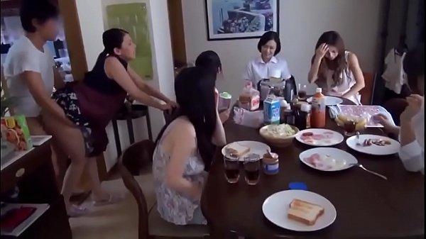 หนังโป๊ แนววครอบครัว คุณแม่สุดหื่น ยืนเย็ดกับผัวใหม่ ต่อหน้าลูกตอนเช้า ทำกับข้าวไปเย็ดไปยืนซอยก้นท่าหมา ไม่อายลูกเย็ดโชว์