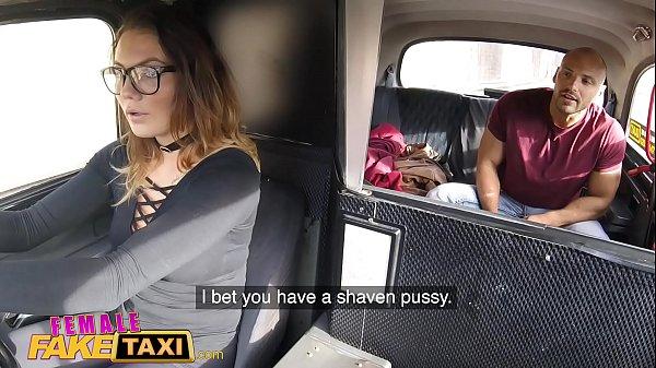 แท็กซี่สาว ใส่แว่นท่าทางจะเซ็กจัด โดนลูกค้าหุ่มเล่นเสียวแอบชักว่าวที่เบาะหลัง เธอจอดรถจะลงไปต่อว่าแต่ดันโดนจ้างให้มีอะไรด้วย จะให้เงินอีก2เท่าของค่าแท็กซี่ สาวแว่นนมโต อมควยให้ลูกค้า เย็ดกันที่เบาะหลังรถแท็กซี่