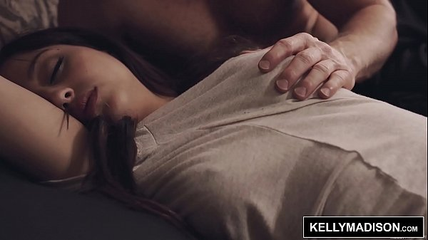 คลิปโป๊ พี่เขยตัวแสบ เข้ามาปลุกน้องเมียไปกินข้าว แต่ดันเจอน้องเมียใส่กางเกงในนอนโชว์กลีบ เลยขึ้นเตียงไป จับแหวกเกงในเอานิ้วเขี่ยแล้วเอาควยสอดใส่กระหน่ำซอยไม่ยั้ง จนน้องเมียตื่น หุ่นอวบก้นใหญ่นมใหญ ขึ้นขย่มควยพี่เขย รเย็ดกันเองในครอบครัว