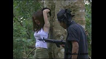 แจกหนังRไทย แฮปปี้ไทยแลนด์ เต็มเรื่องเสียงไทย สาวบางกอกหลงป่าจนโดนบังคับขืนใจ มือเชือกคาต้นไม้ แถมโดนเรียงคิวแทบหมดกองทัพ