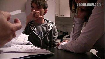 หมอตรวจเกย์ฝรั่งหลอกเย็ดคนไข้ เด็กชายมาหาหมอแต่โดนเปิดซิงตูดต่อหน้าแม่ เย็ดให้รู้ไปว่าลูกชายชอบควย กระเด้ารัวไม่เกรงใจแม่เลย