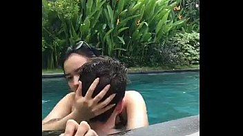 วาร์ปใหม่!! คลิปหลุดเย็ดสดสาวไทยในน้ำ ตั้งกล้องขย่มควยอย่างสบายหี กอดกันแลกลิ้น โยกเย็ดกลางแจ้ง สร้างบรรยากาศเย็ดได้ดูดีมาก