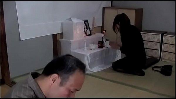 พ่อผัวขี้เมาลูกชายตายAv japan จับลูกสะใภ้ข่มขืนจับเย็ดทำเมีย ถกกระโปรงเย็ดคาชุดจับซอยท่าหมาบนโต๊ะกินข้าว