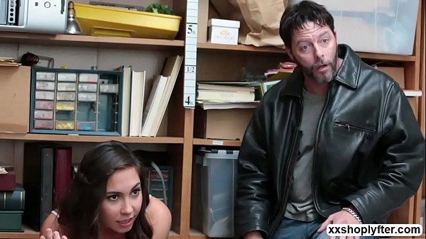 หนังโป๊ฝรั่งสองผัวเมียแอบขโมยของ โดนผู้จัดการจับได้เลยยอมให้เย็ดเมียแลกกับไม่เอาเรื่องนั่งดูเมียตัวเองโดนเย็ดโครตได้อารมณ์