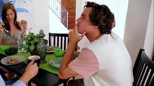 2สาวเรสเบี้ยนแอบเล่นเสียวเขี่ยติ่งตอนกินข้าวPorn XXX นัดเย็ดเพื่อนชายสวิงกิ้งรุมเย็ด2ต่อ1