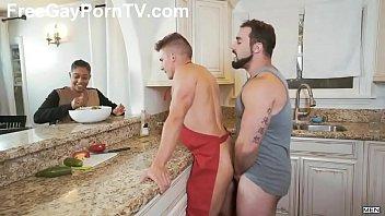 เด็ดจนต้องเย็ดซ้ำ เกย์XXXกันในครัว ควยฝังมุกเสียบตูดสดๆตอนกำลังกินข้าว ลากมากระเด้าบนพื้นเสียบมิดด้าม เย็ดให้ตูดพรุน