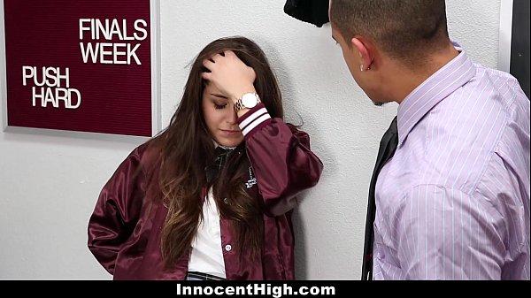 นักเรียนแอบขโมยผลสอบ โดนครูจับได้โดนควยยัดปาก ถกกระโปรงกระแทกหีจับเย็ดบนโต๊ะ