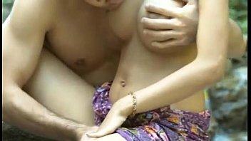 หนังไทยย้อนยุค18+ ลูกสาวกำนันแอบพ่อมาร่านควย เย็ดกับชาวบ้านไปทั่ว โดนจับซอยจนนมใหญ่เด้งเป็นลูก เล่นกับควยอย่างเงี่ยน