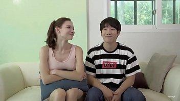 หนังเกาหลีแนวครอบครัว หนุ่มเกาหลีหื่น18+อยากเย็ดแม่เลี้ยงฝรั่ง แอบดูหนังโป๊แล้วชักว่าวจนควยแข็ง ต้องเดินมาขอเย็ดกลางบ้าน