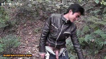 ถ่ายสดเกย์ญี่ปุ่นแอบมาว่าวในป่า ยืนรูดควยอยู่นานกว่าน้ำจะแตก ฉีดใส่ต้นไม้ ชาวบ้านมาเจอยังต้องตกใจเพราะควยใหญ่มาก