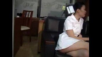 หนังโป๊ไทย แอบถ่ายพยาบาลเย็ดกับหมอ หนีคนไข้มาXกันในบ้านพัก จับแหกหีเอานิ้วเขี่ยแตด เย็ดกันคาชุดคงเงี่ยนจนหีแฉะ