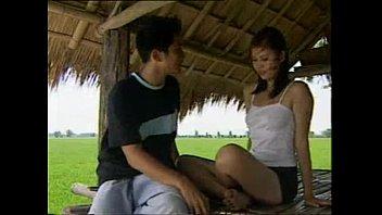 หนังไทยปี 2012 สาวชาวบ้านเย็ดมั่วจนพ่อต้องปลูกกระท่อมให้เย็ดกับผัว ได้เห็นควยแล้วเธอบอกชื่นใจ โดนเย็ดทั้งอำเภอโบ๋แน่นอน