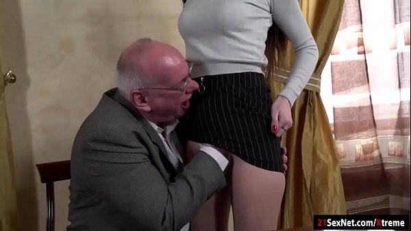 นักเรียนสาวขาวเซ็กโดนครูหื่นหลอกลวนลามจับแก้ผ้าXXXจับเย็ดตอนสอนพิเศษขาวอวบนมใหญ่นอนอ้าหีให้ครูเย็ด