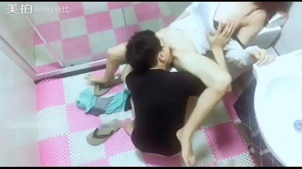 คลิปหลุด18+ตั้งกล้องถ่ายคลิปวัยรุ่นเย็ดหีเมียในห้องนน้ำ คลิปXXXนั่งขย่มควยผัวบนชักโครก