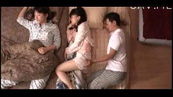 หนังเอ็กเกาหลี กล้องมุมสูงถ่ายตอนพ่อกำลังลักหลับ เอานิ้วแหวกหีลูกสาวตอนนอน XXXวัยรุ่นนมเล็กแต่หีสดจัด