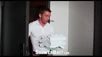 แอบส่องเกย์อาบน้ำ ฝรั่งล่ำควยเท่าแขน กำลังเงี่ยนควยจะชักว่าว ได้พนักงานมาเย็ดแก้คันพอดี ซอยสะจนรูโบ๋