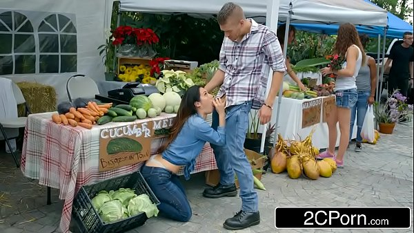 แม่ค้าขายผักขี้เงี่ยนให้ท่าลูกค้าโดนจับเย็ดคาแผงผักกลางตลาดPorn XXXออนไลน์สาวอวบหุ่นXโดนจับเย็ดท่าหมา