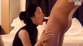 ดูหนังRอีโรติก  เย็ดสดสาวเกาหลี ตะแคงซอยบนโซฟา ควยสั้นขยันเย็ด สาวติดใจบอกเสียวหี ดูท่าเย็ดคงจะมันส์หีน่าดู
