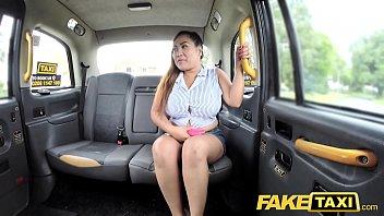 หนังโป๊อินเตอร์ Fake Taxi แม่เล้าไทยโดนหลอกเย็ดบนรถ คนขับจับขย่มหีหลังรถ หายคันหีเลยไหมล่ะ