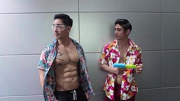 หนังเกย์ล่าสุด Bangkok G Story ล่าควยมาเย็ดหลังเล่นสงกรานต์ เกย์หล่อหุ่น xxx เย็ดขย่มรูตูดแทบแหก หล่อแล้วยังเย็ดมันส์อีก