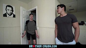 หนังเกย์ 69Porn เปิดประตูมาเจอควย เลยต้องช่วยเย็ด ล่อตูดเพื่อนฝรั่ง เด้ากระหน่ำกันยาวๆ