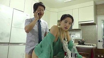 18+ หนังเกาหลี Erotic เย็ดชู้ตอนโทรหาเมีย ยืนโยกหีแล้วคุยไปด้วย ส่งเสียงครางแบบเงี่ยนๆ จนเมียอยากมาร่วมเย็ด