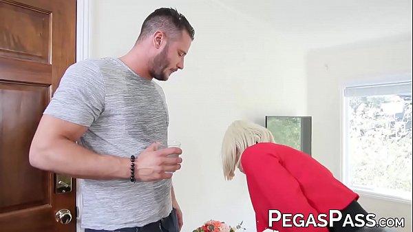 สาวใหญ่ชวนคนสวนมาเล่นชู้ผัวไม่อยู่เมียก็ร่านPorn XXXพาชู้เข้าห้องแล้วบำเลอรัก