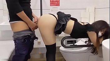 ดูหนังโป๊ AV XXX เซลล์สาวญี่ปุ่นขายครีมหน้าเด้ง แอบเสียวกับผัวขี้เย็ดกันในห้องน้ำห้างดังโตเกียว ในห้องน้ำคนพิการก็ไม่เว้น ก้มหัวแอ่นหีให้ผัวเย็ดคากางเกงใน
